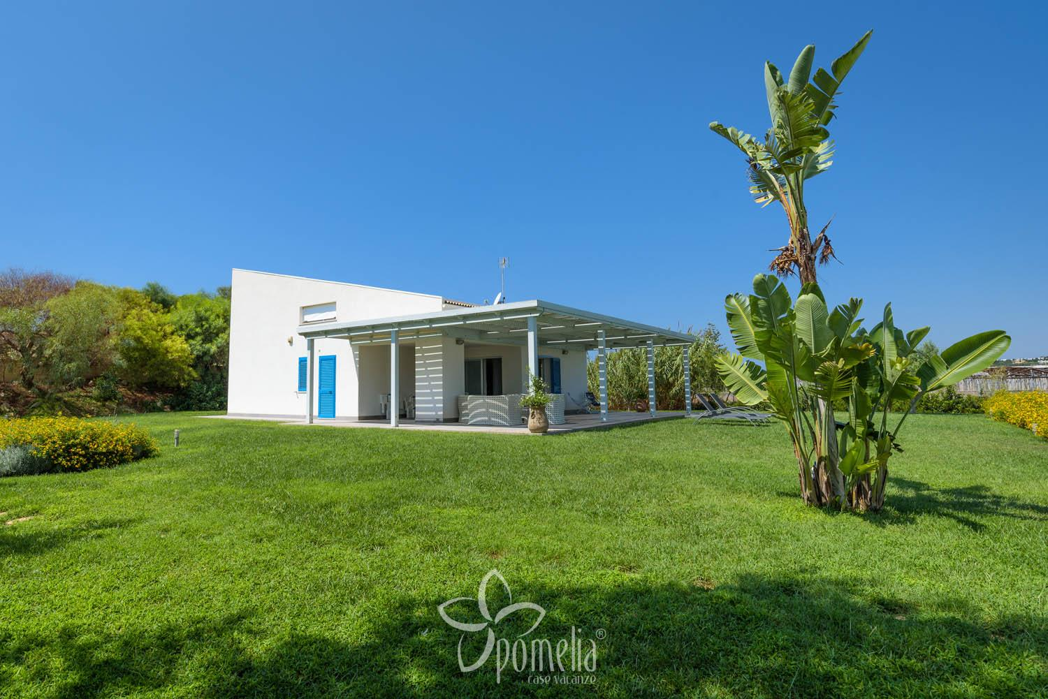 Dafne, villa with pool and garden 300 meters from the beach of Caucana - Overview
