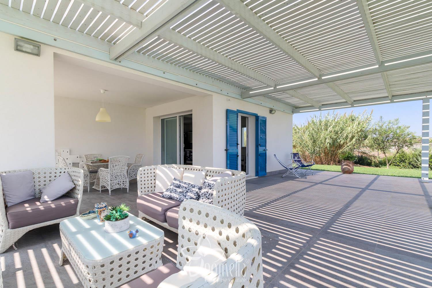 Dafne, villa with pool and garden 300 meters from the beach of Caucana - Veranda